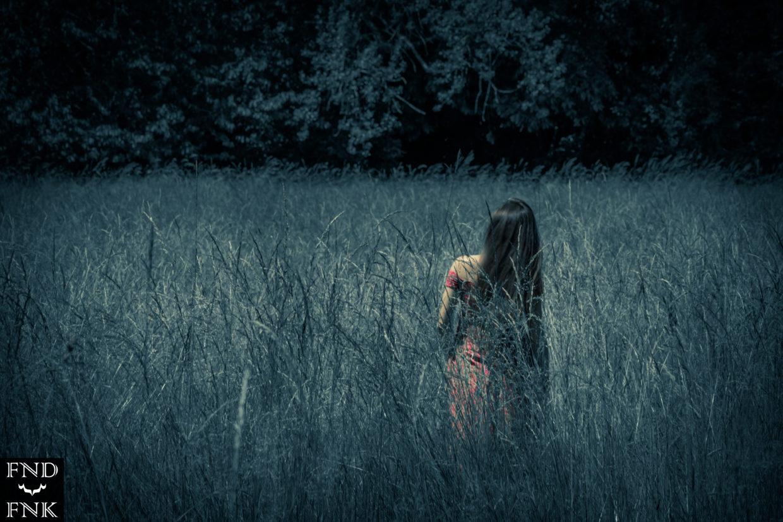 Laura dans un champs